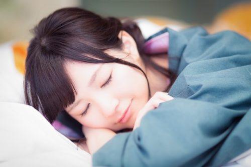 気持ちよく寝ている女性